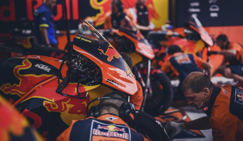 mechanics pol espargaro ktm rc16 box motorland aragon 2017.middle